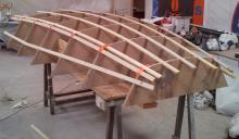 je commence par reconstruire la cloison de mât, greffer les nouveaux éléments de structure ajoutés suite au déplacement du mât en arrière de sa position d'origine, réparer le ballast éventré et reconstruire le morceau de pont qui était fissuré / délaminé.